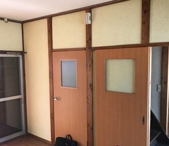 施工前のキッチンの壁および建具