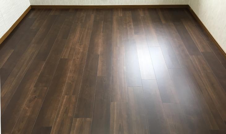 増貼りした床