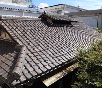 施工前の瓦葺の屋根
