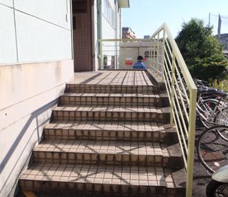 小さなタイルが敷き詰められた施工前の階段