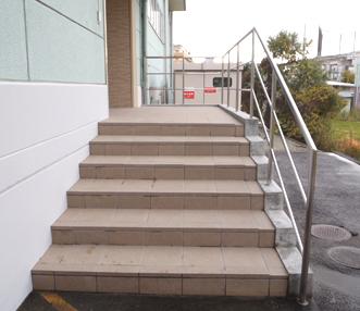 大きなタイルですっきりした施工後の階段