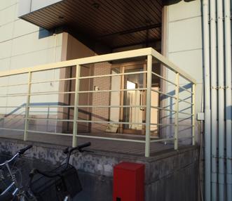 クリーム色で時代を感じる施工前の階段