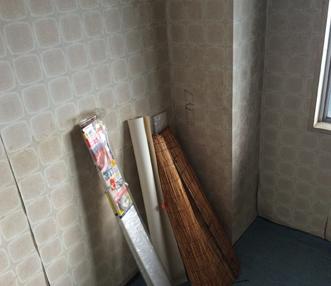 施工前の捲れかかった洋室のクロス