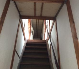 施工前に見上げた階段