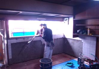 解体中のキッチン