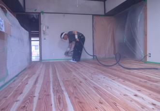 杉板の塗装中
