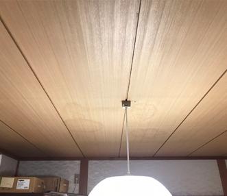 雨漏れによる天井のシミ